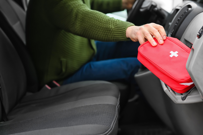 Um kit de primeiros socorros para o carro é fundamental para possíveis lesões ou ferimentos provocados por incidentes na estrada.