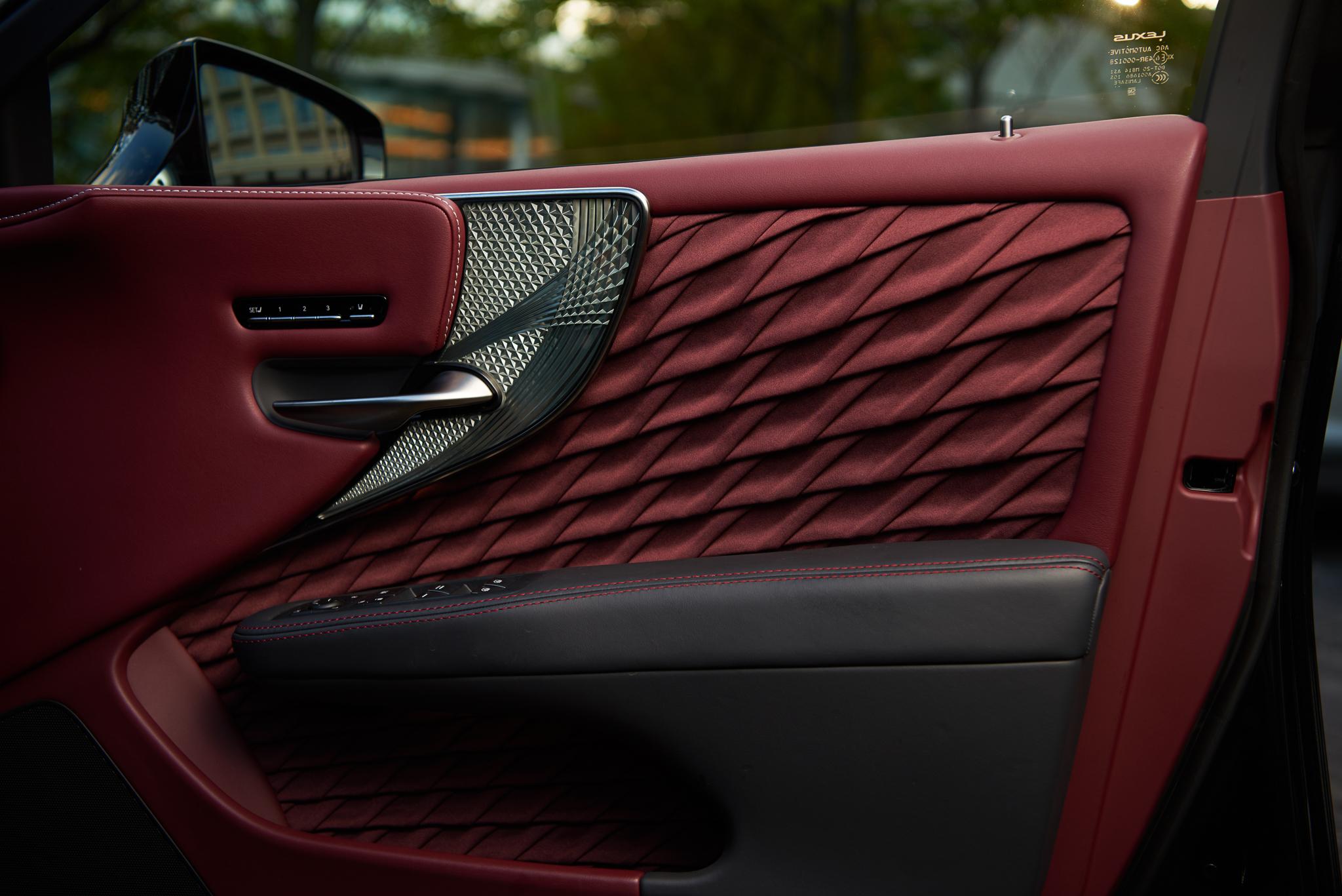 Detalhes no interior do carro Lexus pensados pelos Mestres Takumi